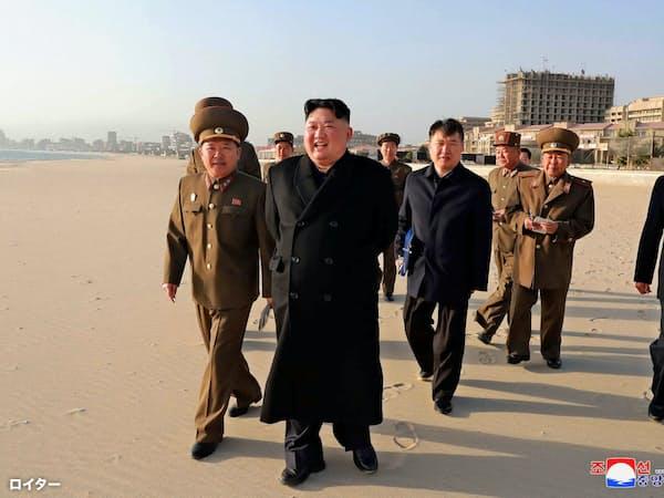 東部・元山のリゾート建設地を視察する金正恩氏=朝鮮中央通信・ロイター