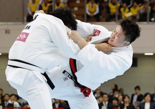 男子100キロ超級決勝で佐藤和哉(左)を破り優勝した原沢久喜(6日、福岡国際センター)=共同