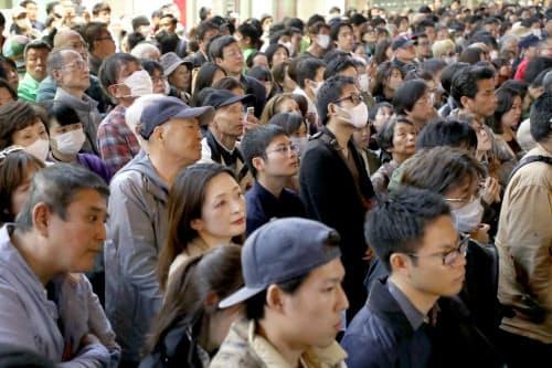 選挙戦最終日、候補者の演説を聞く有権者ら(6日午後、大阪市中央区)