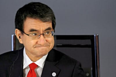 G7外相会合の討議に臨む河野太郎外相(6日、ディナール)=AP