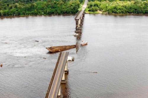 橋が倒壊し、車両が通行できなくなった(ブラジル北部パラ州)=ロイター