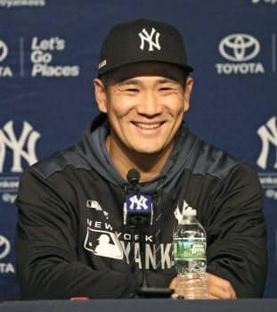 オリオールズとの開幕戦で今季初勝利を挙げ、記者会見で笑顔を見せるヤンキース・田中=共同