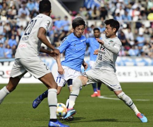J2福岡戦で攻め込む横浜FC・三浦=中央(7日、ニッパツ球技場)=ゲッティ共同