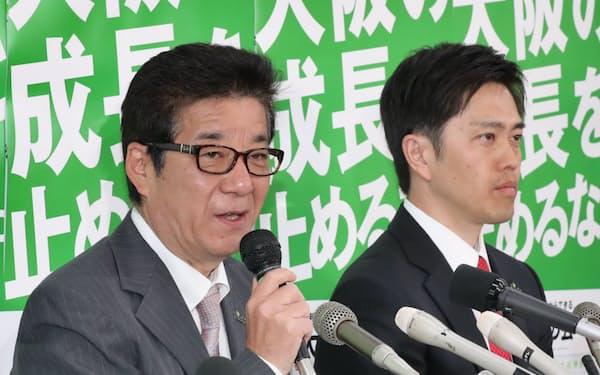 当確を決め、記者会見する松井氏(左)と吉村氏(7日午後、大阪市中央区)
