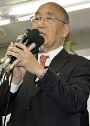 奈良県知事選で4選を決め、あいさつする荒井正吾氏(7日夜、奈良市)=共同