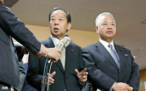 統一地方選前半戦の結果などについて、記者の質問に答える自民党の二階幹事長(左)と甘利選対委員長(7日、東京・永田町の党本部)=共同