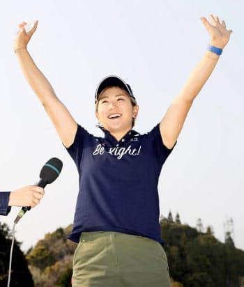 優勝インタビューを終え、ギャラリーの声援に応える成田美寿々=共同