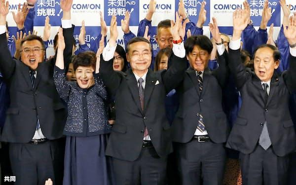 徳島知事選で5選を確実にして、万歳する飯泉嘉門氏(中央、7日)=共同