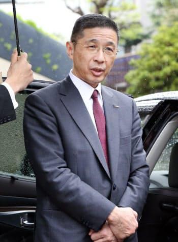 自宅前で報道陣の質問に答える日産自動車の西川広人社長(8日午前、東京都渋谷区)