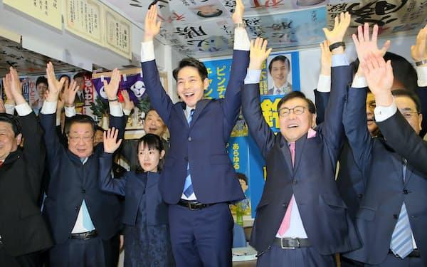 北海道知事に就任する鈴木氏(中)は国との連携を訴えた