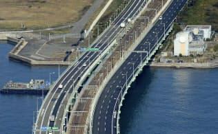 約7カ月ぶりに通行を全面再開した関西空港連絡橋(8日午前9時39分、共同通信社ヘリから)