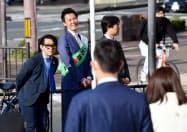 大阪府議選の当選から一夜明け、街頭であいさつする魚森豪太郎氏(中)(8日午前、大阪市都島区)