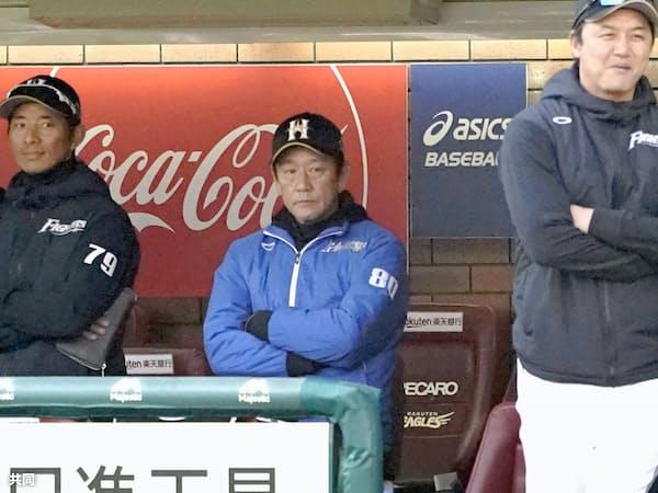 4日の楽天戦でオープナーが機能せず、終盤に大量リードを許してベンチで腕組みする日本ハム・栗山監督(中央)=共同
