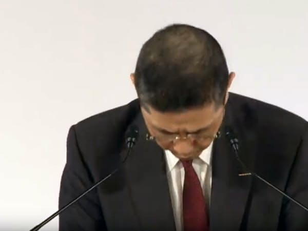 臨時株主総会の冒頭、株主らに陳謝する日産自動車の西川社長(8日午前、東京都内)=ユーチューブから