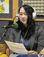 ラジオ番組「シベリア物語」のパーソナリティーを務める建部さん(3月、札幌市厚別区)=共同