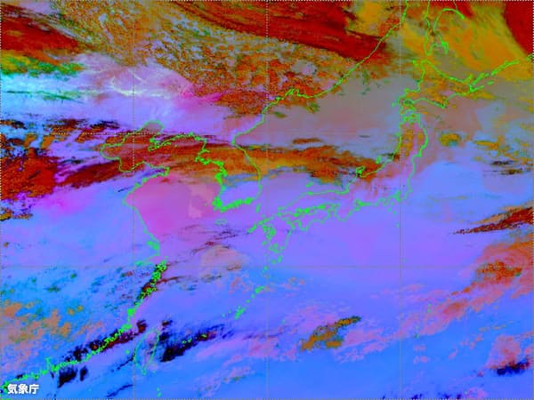 気象衛星「ひまわり」のダスト画像。ピンクが黄砂(4月6日午後5時、気象庁提供)
