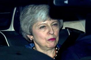 メイ首相はブレクジットで自由な意思決定はできない=3日、ロンドン(ロイター=共同)