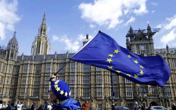 3月25日、ロンドンの英議会前でEUの旗を振る離脱に反対する親EU派(AP=共同)