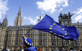 3月25日、ロンドンの英議会前でEUの旗を振る離脱に反対?#24037;?#35242;EU派(AP=共同)