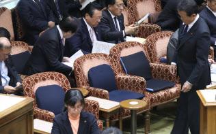 決算委員会の開会を待つ参院第1委員会室。閣僚席にはクッションが目立ちます