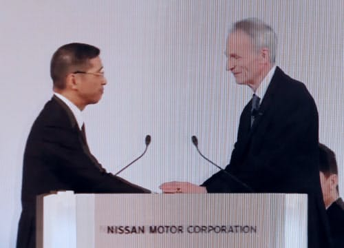 臨時株主総会で握手を交わす日産の西川社長(左)と仏ルノーのスナール会長(8日午後、東京都内)=ユーチューブから