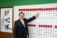 自民党は公認・推薦で単独過半数を確保した(8日、千葉市内で記者会見した桜田義孝県連会長)