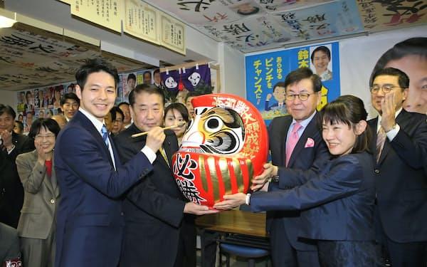 初当選を喜ぶ鈴木直道新知事(手前(左))