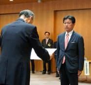 当選証書付与式に臨む田辺氏(右)(8日、静岡市)