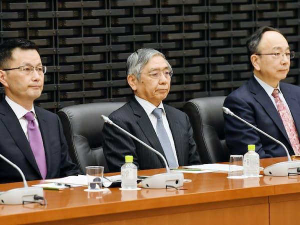 日銀支店長会議に臨む黒田総裁(中)(8日午前、日銀本店)
