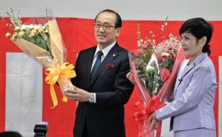3選を決め、花束を手にする松井市長(左)(7日、広島市で)
