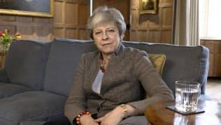 7日発表されたビデオ声明で欧州連合(EU)離脱に関する自らの立場を訴えるメイ英首相(英首相官邸提供・AP)