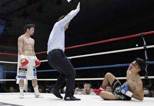 サハパープ・ブンオップ(右)を2回TKOで破った八重樫東(8日、後楽園ホール)=共同