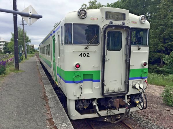運賃値上げや維持管理コストの削減を含め、総額では400億円の収支改善を目指す(JR北海道の車両)