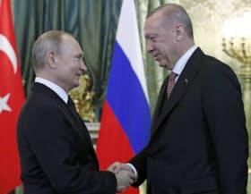 会談で握手するロシアのプーチン大統領(左)とトルコのエルドアン大統領(8日、モスクワ)=AP