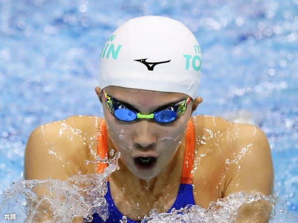 女子400メートル個人メドレーを3連覇した大橋の平泳ぎ=共同