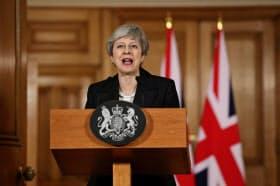 メイ英政権は、児童の性的虐待や過剰なポルノ、テロ活動、人種差別に関する内容などを対象に規制に乗り出した(3月)=ロイター