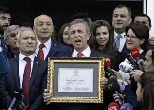 当選証書を受け取った野党CHPのヤワシュ氏(8日、アンカラ)=AP