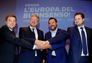 8日のミラノの決起集会で各国の右派ポピュリズム政党の代表と握手する同盟のサルビーニ党首(右から2人目)=ロイター