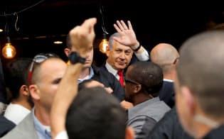 エルサレムの市場で群衆に手を振るネタニヤフ首相=ロイター