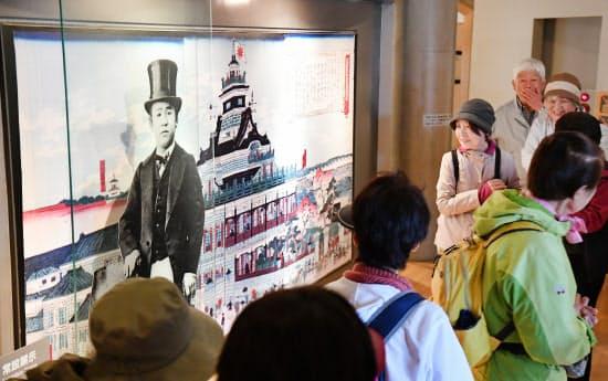 渋沢史料館で展示品を見る人たち(9日午前、東京都北区)