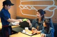 アプリを使えば席に座ったまま追加注文した料理を受け取れる(9日、静岡市)