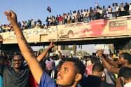 8日、ハルツームで、バシル大統領退陣を求めるデモ参加者ら=ロイター