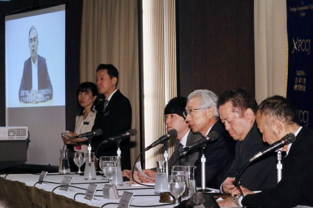 記者会見する弘中惇一郎弁護士(右から3人目)ら。後ろは録画したゴーン元会長の声明動画を流すモニター(9日午後、東京都千代田区)