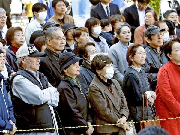 衆院大阪12区補選が告示され、候補者の演説を聞く有権者ら(9日午前、大阪府大東市)=共同