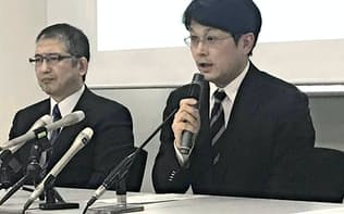 ALS治療薬の治験について説明する井上治久教授(右)