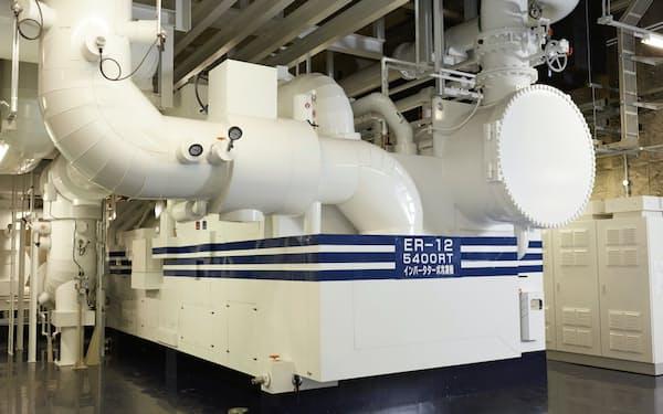 世界最大級の密閉式インバータターボ冷凍機も備える(横浜市)