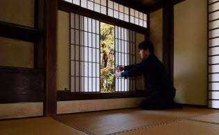 障子を開け庭の借景を掛け軸のように見立てている書院「同仁斎」(京都市左京区)