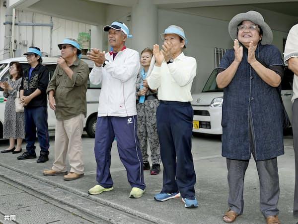衆院沖縄3区補選が告示され、候補者の訴えを聞く有権者ら(9日、沖縄県うるま市)=共同