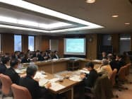 県中央新幹線環境保全連絡会議で専門家の質問に答えるJR東海の担当者ら