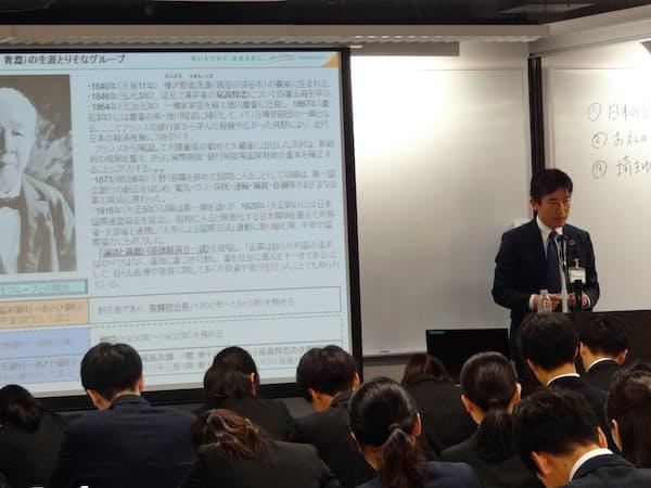 埼玉りそな銀行では新入行員に渋沢栄一の功績を紹介する研修が開かれた(9日、さいたま市)
